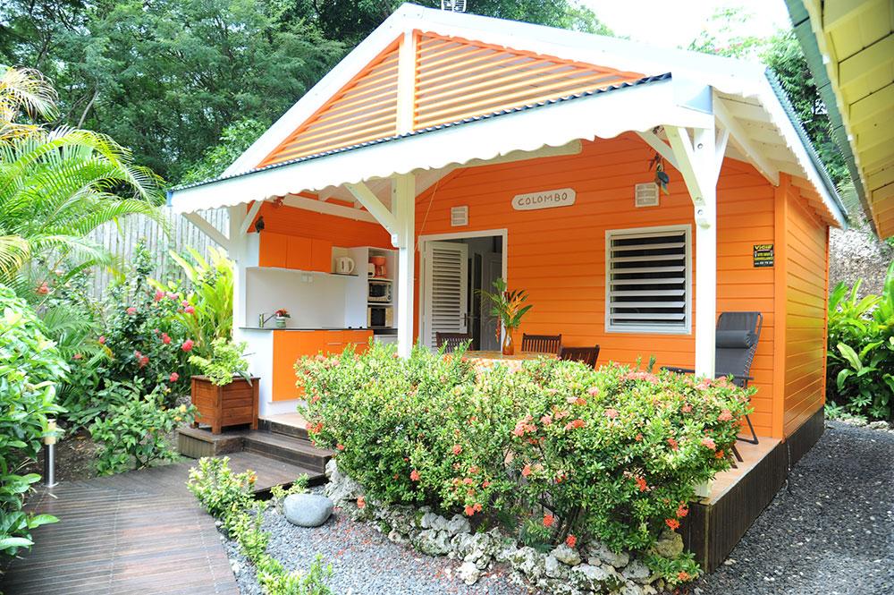 Vue sur le bungalow Colombo depuis le jardin du gîte des 3 épices.
