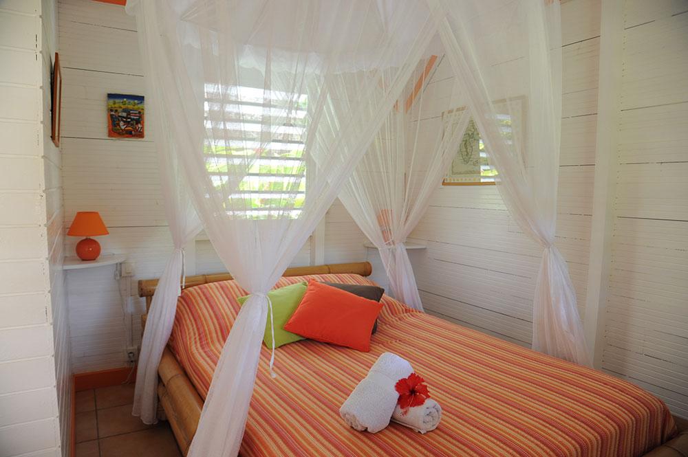 Une chambre en bungalow au gite les 3 épices.