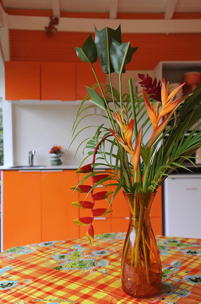 Bouquet de fleur dans la cuisine d'un bungalow