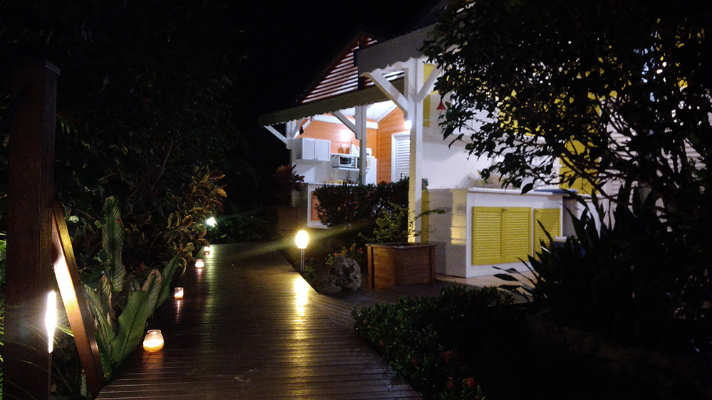 Jardin et bungalow du gîte des 3 épices vus de nuit.