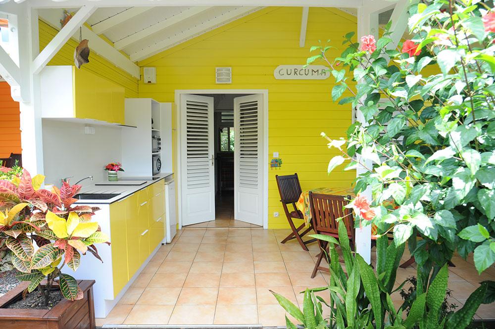 Terrasse du bungalow Curcuma au gîte Les 3 épices en Guadeloupe.