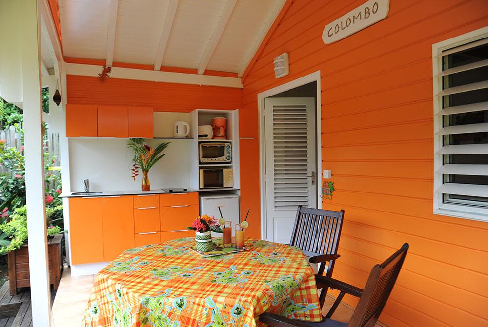Terrasse et cuisine du bungalow Colombo du gité des 3 épices.