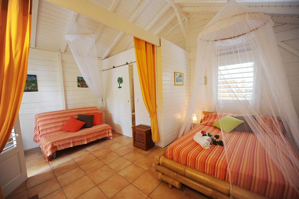 Intérieur du bungalow Curcuma aux gîtes Les 3 épices